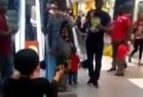 Cô gái bị từ chối khi quỳ gối cầu hôn bạn trai ở trung tâm thương mại