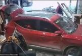 Ôtô mất lái lao vào shop quần áo đâm trúng người bán hàng