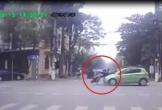 Nữ sinh vượt đèn đỏ bị ô tô tông văng giữa ngã tư