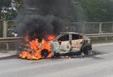 Mazda 3 bất ngờ bốc cháy ngùn ngụt trên cao tốc Thái Nguyên