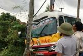 Xe buýt đâm gãy cột điện sau va chạm, hành khách hoảng loạn