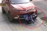 Mải dùng điện thoại trên vỉa hè, cô gái bị ô tô đâm suýt mất mạng