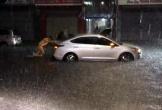 CSGT đẩy ô tô giúp dân trong mưa lớn gây sốt cộng đồng mạng