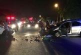 Hai ô tô nát đầu sau va chạm, người dân cạy cửa cứu tài xế