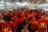 """CĐV Việt Nam """"nhuộm đỏ"""" sân bay Kuala Lumpur, sẵn sàng """"tiếp lửa"""" trận chung kết"""