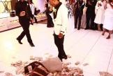 Nam ca sĩ trải cả đống tiền ra sàn nhà để mừng đám cưới mẹ