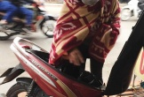 Mưa rét tê tái, cô gái chống đỡ với giá lạnh khi ra đường theo cách khiến ai cũng phải tròn mắt