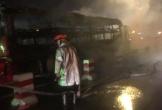 Xe khách bất ngờ bốc cháy trơ khung trên cầu Thanh Trì
