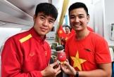 Tuyển Việt Nam nhận quà trong ngày về nước