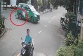 Cậu bé thoát chết trong gang tấc khi bị chiếc taxi lùi trúng