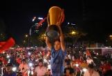 Người dân Sài Gòn nâng cúp sớm mừng đội tuyển Việt Nam chiến thắng