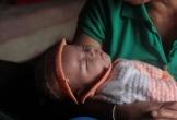 Tiếng khóc khát sữa của cháu bé chưa đầy 3 tháng tuổi mồ côi mẹ