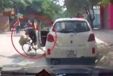 Clip mở cửa ô tô đốn ngã xe máy khiến dân mạng tranh cãi