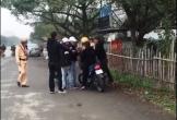 Nhóm thanh niên dàn hàng ngang bóp còi inh ỏi trên đường, thách thức CSGT