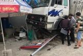 Mất lái, xe tải lao vào cửa hàng điện thoại bên QL1