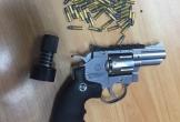 Phát hiện khách hàng không mang súng và 200 viên đạn