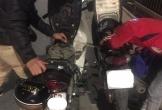 9X Nghệ An dừng xe hút xăng giữa đường cho người lạ