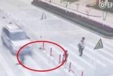 Mải dùng điện thoại, mẹ để con trai bị xe tông khi qua đường