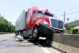 Tài xế container bẻ lái cứu phụ nữ ngã giữa đường: 'Đó là lương tâm cầm lái'