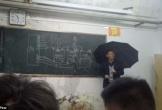 Thầy giáo vừa cầm ô vừa giảng bài gây