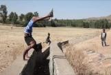 Người đàn ông Ethiopia leo núi bằng tay trong tư thế trồng cây chuối