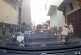 Nhóm thanh niên cầm hung khí chém nhau giữa phố Sài Gòn