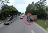 Clip: Người đàn ông may mắn thoát chết khi tông vào đuôi xe tải