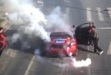Ô tô bất ngờ bốc khói nghi ngút, người chạy tán loạn