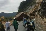 """Đá """"khủng"""" 400 m3 rơi từ núi cao xuống đường"""