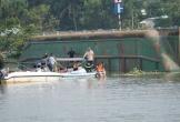 Sà lan lật úp trên sông, 2 người mất tích, bé trai 10 tuổi tử vong