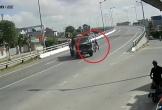 Tông vào xe tải đang quay đầu, 2 thanh niên may mắn thoát chết