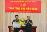 Trao tặng Huy hiệu 40 năm tuổi Đảng cho Thiếu tướng Lê Thái Ngọc
