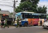Tài xế xe buýt bị kẹt trong cabin sau cú húc đuôi ôtô tải