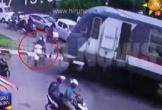 Cố vượt đường ray, 2 người đi xe máy bị tàu hỏa đâm chết