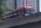 Hà Nội: Xe máy ép ô tô khách chạy lùi kinh hoàng trên đường vành đai 3