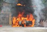 Xe ô tô bốc cháy dữ dội trên phố
