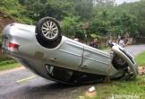 Nghệ An: Đâm đổ cột lộ giới, xế hộp lật ngửa trên đường