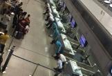 Hình ảnh ấn tượng trên mạng: Nhân viên sân bay Tân Sơn Nhất cúi gập mình trước khách hàng