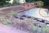 Lùi xe bất cẩn, ô tô lao thẳng xuống hồ