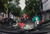 Xe máy chở hàng va chạm với ô tô đỗ sai chiều