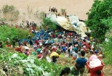 Vụ xe container chở hoa quả lao xuống vực: Người dân không