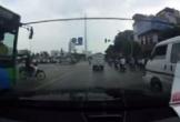 Xe máy vượt đèn đỏ, tạt đầu xe buýt, suýt bị ô tô đâm