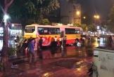 Ấm lòng cảnh hành khách cùng người dân chung sức đẩy xe buýt bị chết máy giữa trời mưa lớn