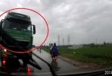 Xe tải vượt kiểu 'giết người', ép ô tô con lao xuống ruộng