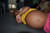 Thương cậu bé dân tộc quằn quại với chiếc bụng phình to vì bệnh thận