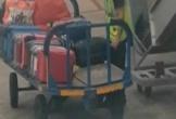 Nhân viên sân bay bị bắt quả tang móc trộm đồ trong vali khách