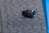 Vật thể giống lựu đạn nằm trước cửa hàng xe máy