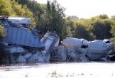 Hiện trường đổ nát của một vụ tàu chở hàng trật bánh ở Mỹ