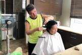 Đàm Vĩnh Hưng tự tay cắt tóc cho mẹ
