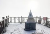 Fansipan lúc mờ sáng: Trắng xoá băng tuyết
